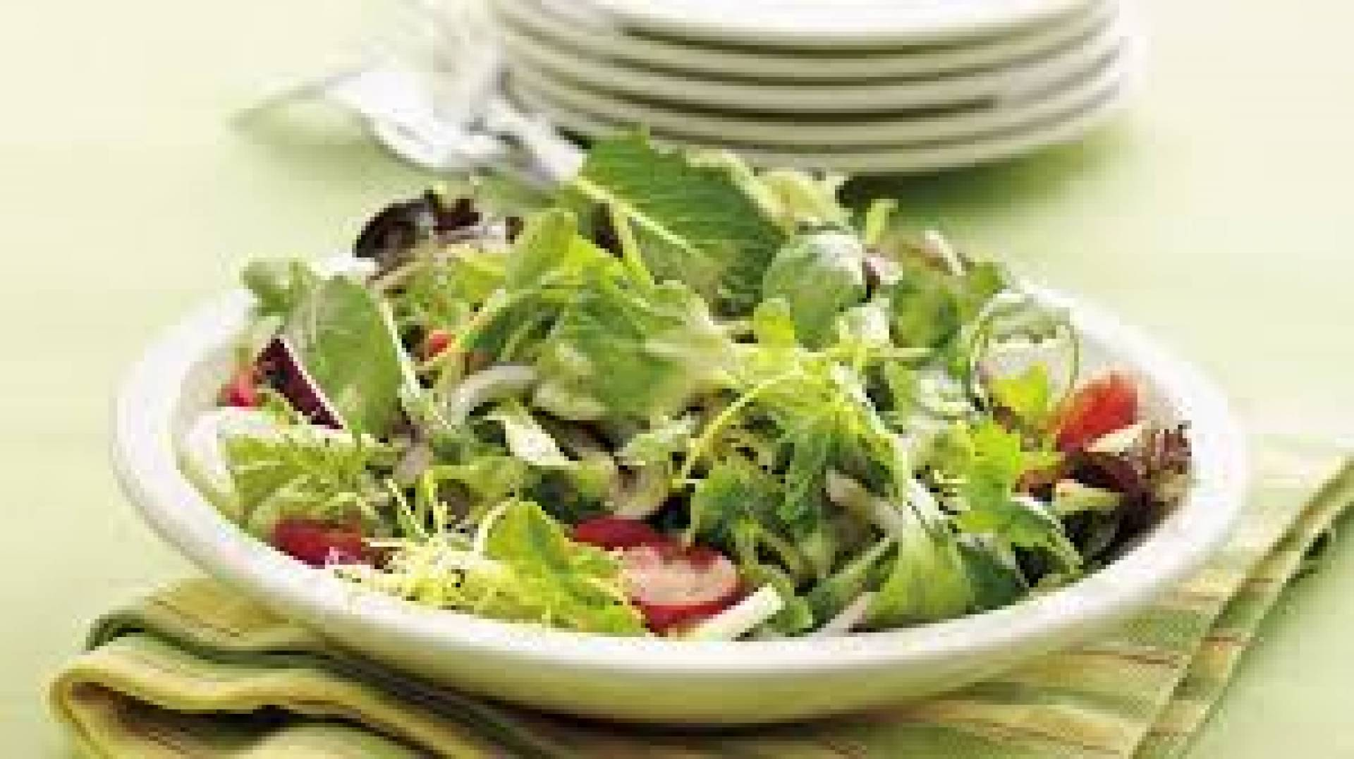 Mix green salad with veggies and chicken